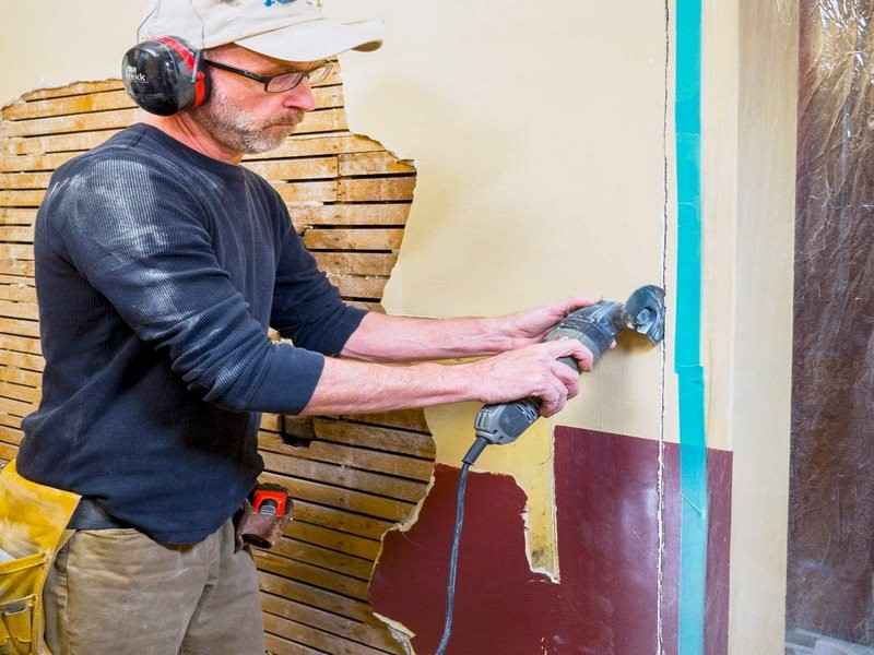 تصویر مردی در حال کندن بلکا