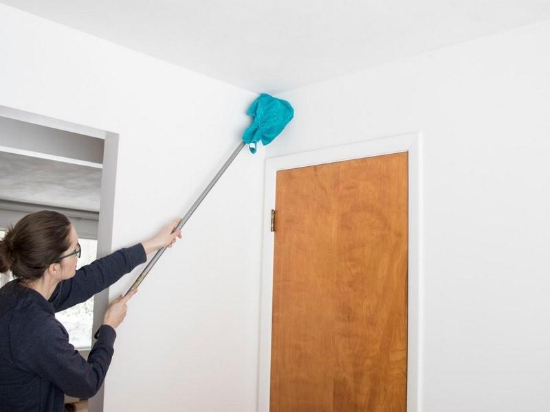 تصویر تمیز کردن دیوار منزل