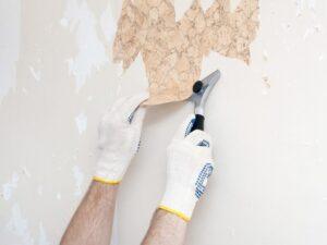 تصویر کندن کاغذ دیواری قدیمی