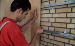 تصویر مردی در هنگام نصب دیوارپوش